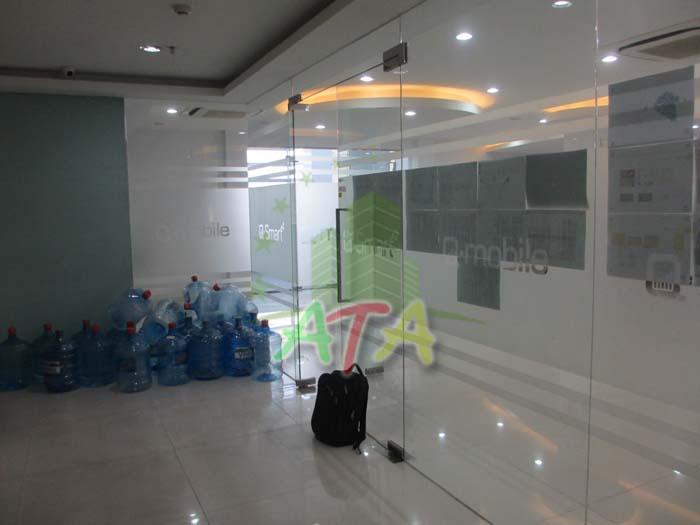 Không gian công cộng và không gian văn phòng làm việc được ngăn cách bằng kính nhằm hạn chế tiếng ồn
