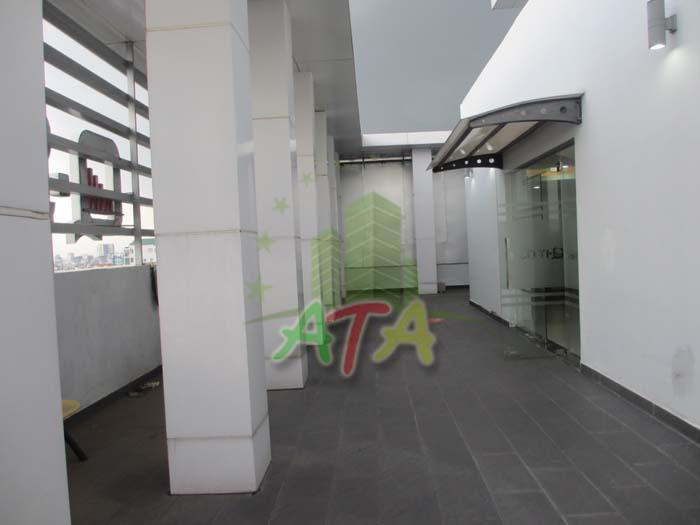 Khu vực áp mái phía trên cùng tòa nhà cho thuê thoáng mát, sạch sẽ, thích hợp nhân viên văn phòng thư giản