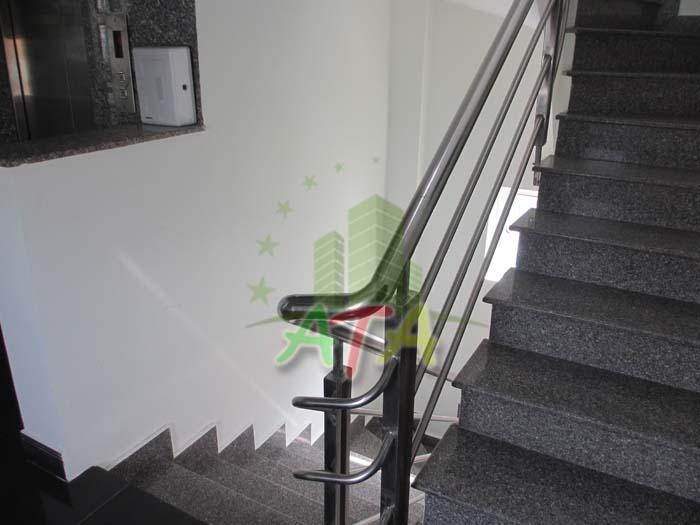 Ngoài thang máy, tòa nhà văn phòng cho thuê này còn xây dựng thêm lối thang bộ thoát hiểm