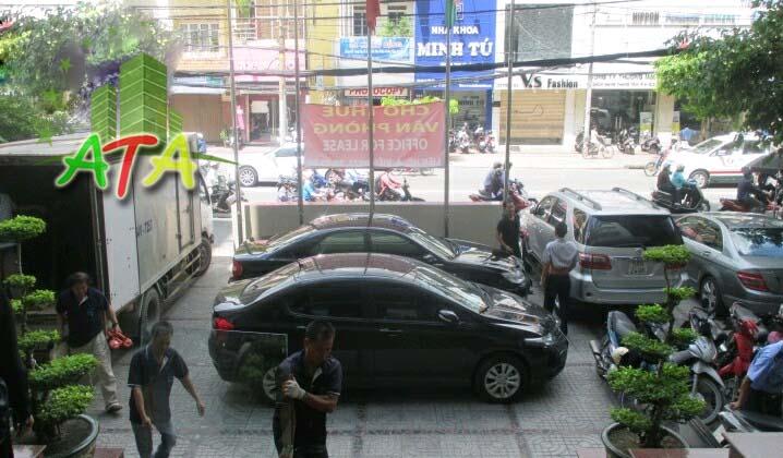 Hành lang phía trước tòa nhà văn phòng GB Building Quận 3 rộng rãi, thoải mái cho việc đổ xe hơi